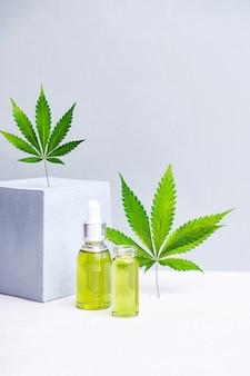 Kosmetyki olej cbd i liście konopi nowoczesna martwa natura szklanych butelek z olejem konopnym