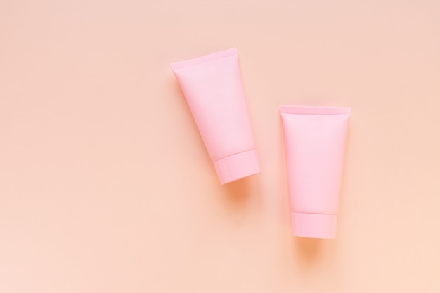 Kosmetyki spa czyli makieta brandingu pielęgnacji twarzy i ciała, widok z góry na różowym tle, miejsce na twój projekt.