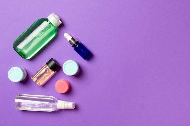 Kosmetyki spa marki makieta, widok z góry z miejscem na kopię. zestaw rurek i słoików z kremem płasko leżał na kolorowym tle.