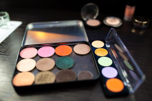 Kosmetyki. tusz do rzęs i cień.