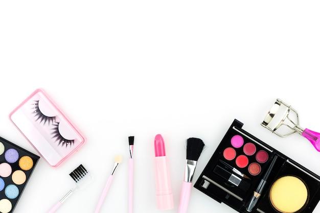 Kosmetyki ustawiający dla kobiet odizolowywać na białym tle