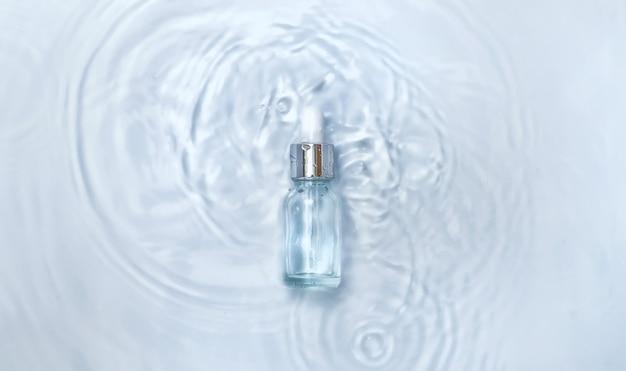 Kosmetyki w butelce w wodzie, koncepcja nawilżenia skóry. kwas hialuronowy. selektywne skupienie. natura.