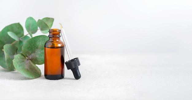 Kosmetyki z olejkami eterycznymi lub serum z gałązkami eukaliptusa