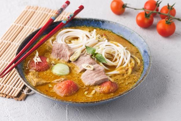 Kosmiczny makaron i mięso z zielonym curry