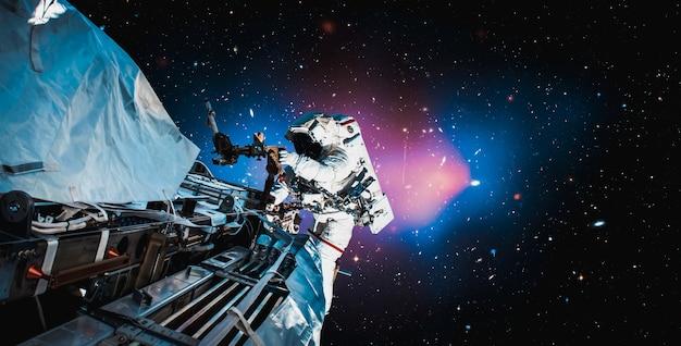 Kosmonauta Astronauta Spaceruje W Kosmosie Podczas Pracy Na Stacji Kosmicznej Premium Zdjęcia