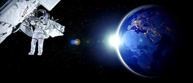 Kosmonauta astronauta spaceruje w kosmosie podczas pracy na stacji kosmicznej