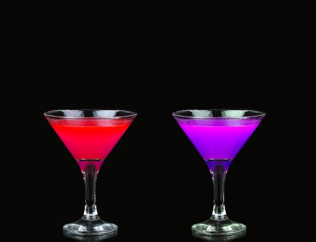 Kosmopolityczny koktajl w ładnym czerwonym, fioletowym kolorze przed czarnym