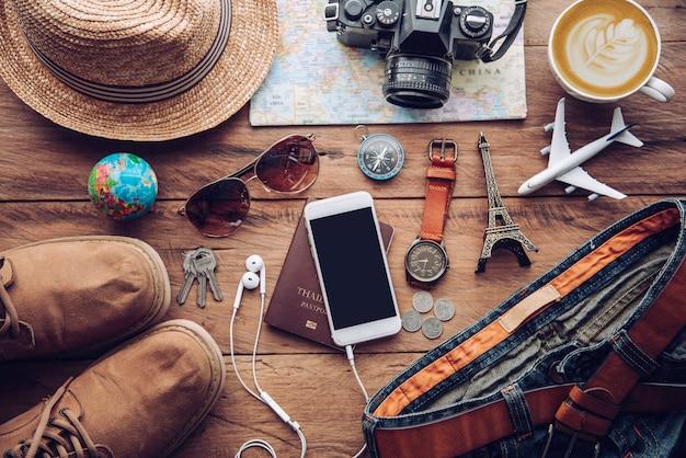 Kostiumy na akcesoria podróżne. paszporty, bagaż, koszt map podróży przygotowanych na podróż