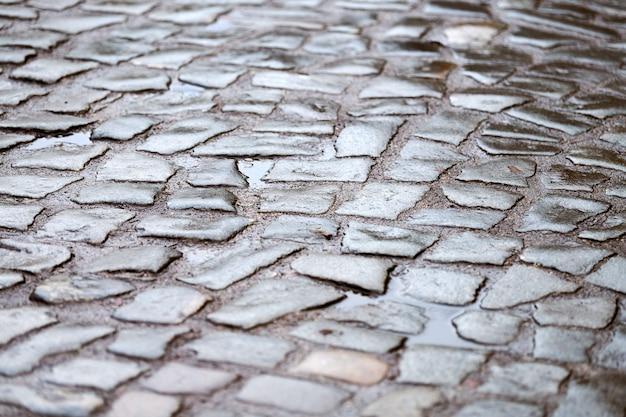 Kostka brukowa przy ulicy miasta. stary niemiecki bruk tekstura kamienie.