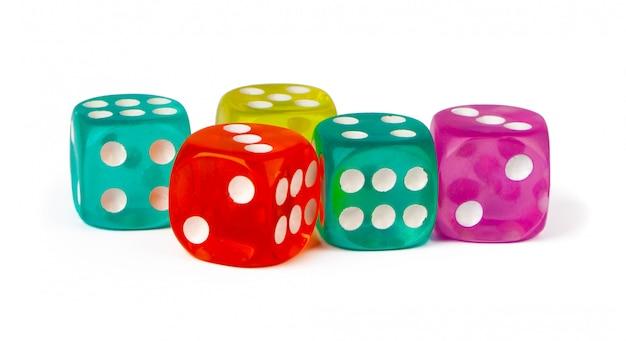 Kostka do gry ułożone na białym tle