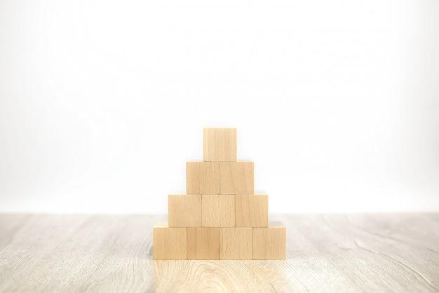 Kostka drewniana klocki ułożona w kształt piramidy bez grafiki.