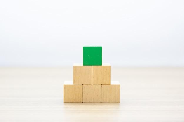 Kostka drewniana w kształcie sześcianu ułożona w piramidę bez grafiki.