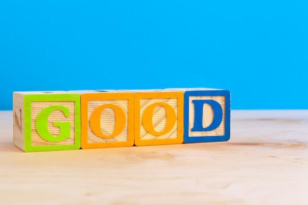 Kostka drewniany blok z alfabetu buduje słowo dobre