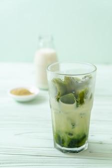 Kostka lodu matcha z zielonej herbaty z mlekiem
