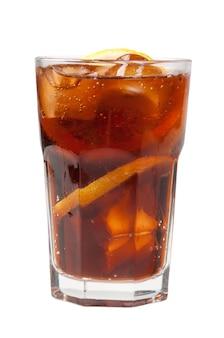 Kostka lodu spadła w szkle cola na białym tle