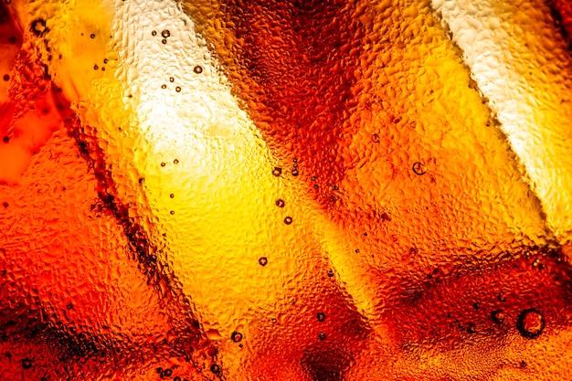 Kostka lodu w whisky tekstury tła makro zbliżenie kostek lodu w szkle