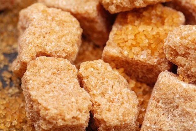 Kostki brązowego cukru trzcinowego