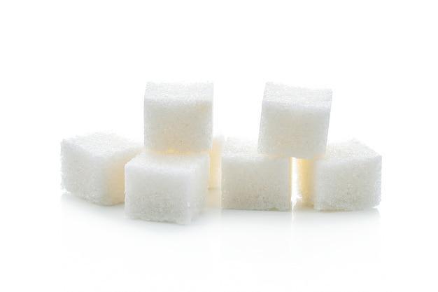 Kostki cukru na białym tle