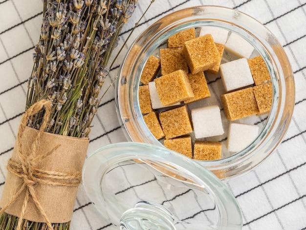 Kostki cukru w słoiczku i bukiet lawendy