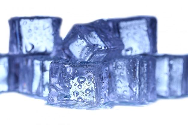 Kostki lodu na białej ścianie.
