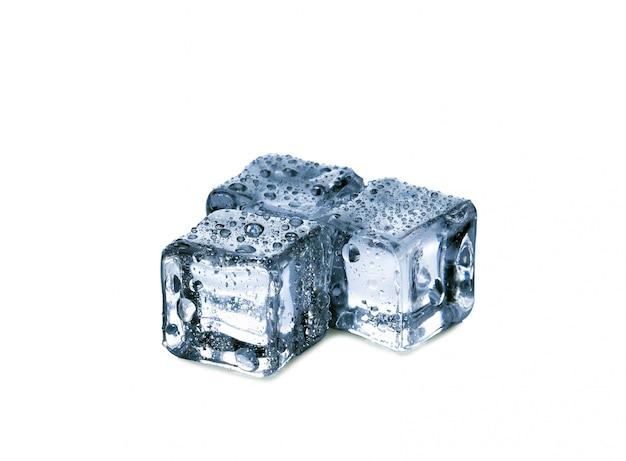 Kostki lodu na białym tle