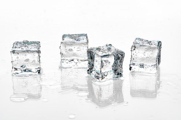 Kostki lodu na białym tle.