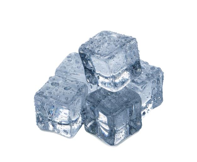 Kostki lodu na białym