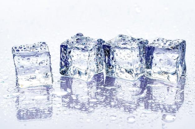 Kostki lodu na niebieskim tle