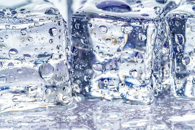Kostki lodu na niebiesko