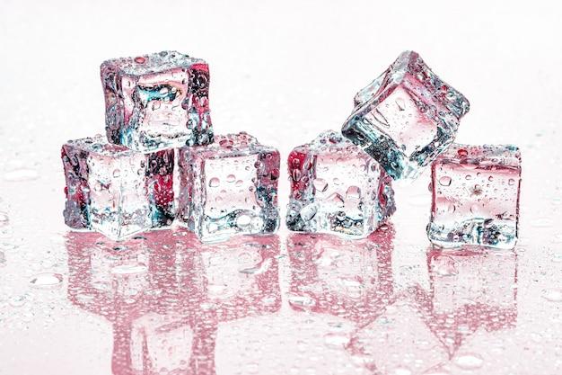 Kostki lodu na różowym tle