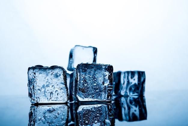 Kostki lodu są pięknie ułożone.
