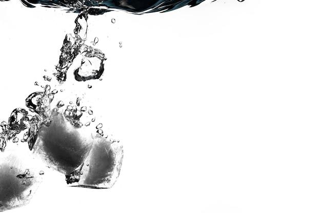 Kostki lodu utonięcia w wodzie