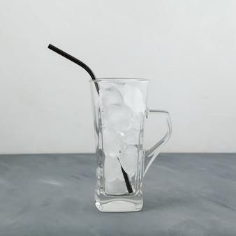Kostki lodu w przezroczystym szkle.