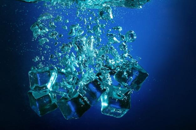 Kostki lodu z bąbelkami pod wodą