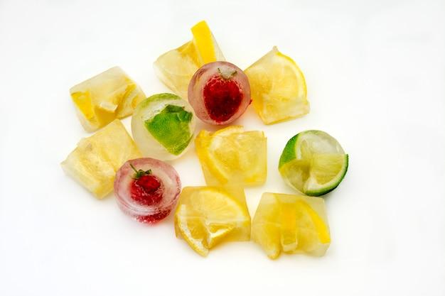 Kostki lodu z cytrynami i mrożonymi truskawkami