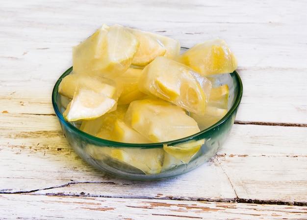 Kostki lodu z mrożonymi cytrynami
