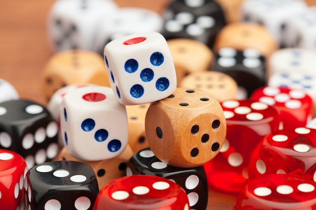 Kostki na drewnianym stole. ryzyko biznesowe.