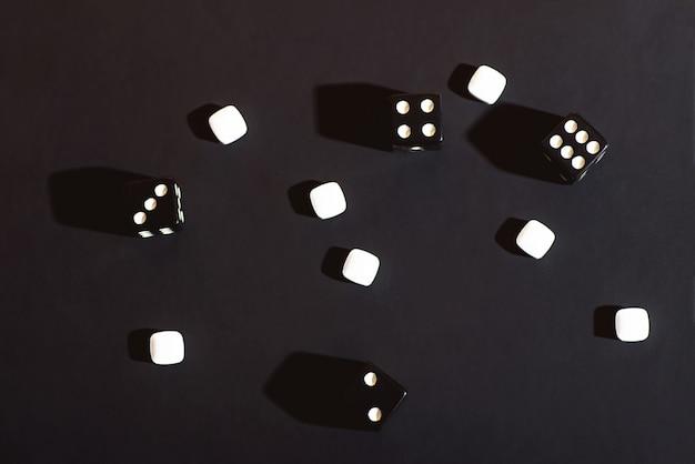 Kostki są rozrzucone na czarnej szmatce. pojęcie