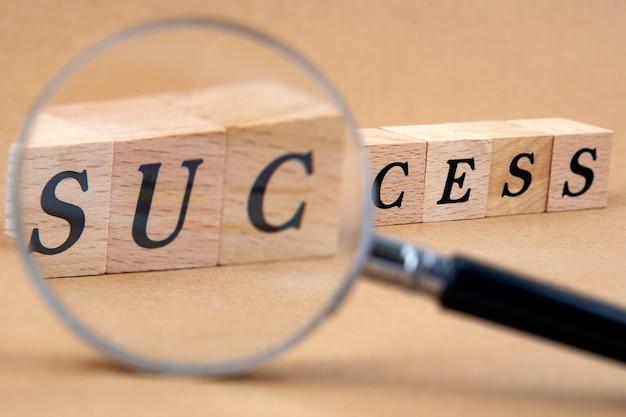 Kostki słowa sukces z lupą