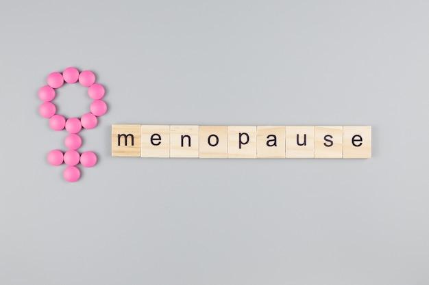 Kostki słowo menopauza na jasnym tle