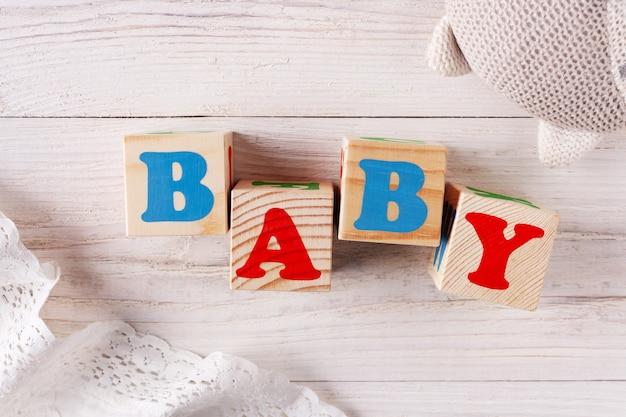 Kostki z literkami baby na rustykalnym tle
