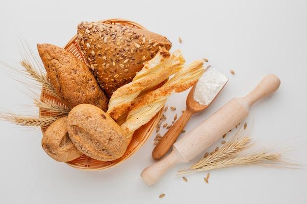 Kosz chleba i wałek do ciasta