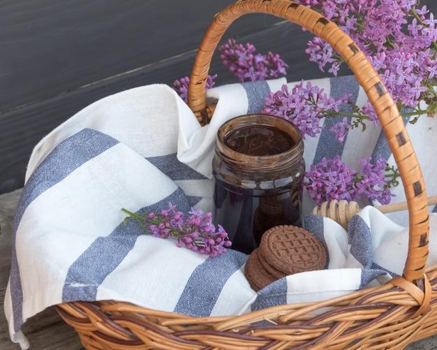 Kosz na grilla ze słoikiem deseru czekoladowego i herbatników.