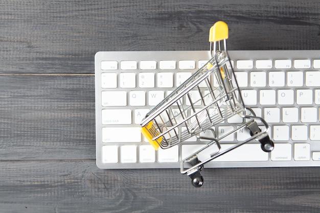 Kosz na klawiaturę. koncepcja zakupów online na drewnianym stole