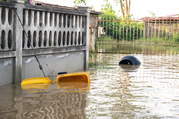 Kosz na śmieci. powódź w mieście.