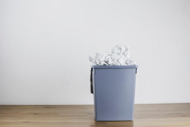 Kosz na śmieci wypełniony zmiętym papierem