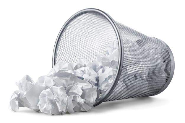 Kosz na śmieci z arkuszami papieru na białym tle