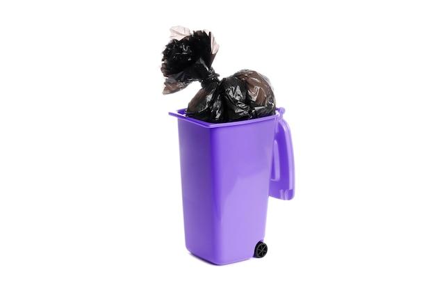 Kosz na śmieci z workiem na śmieci na białym tle