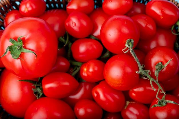 Kosz pełen całych pomidorów