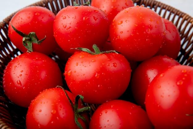 Kosz pełen pomidorów